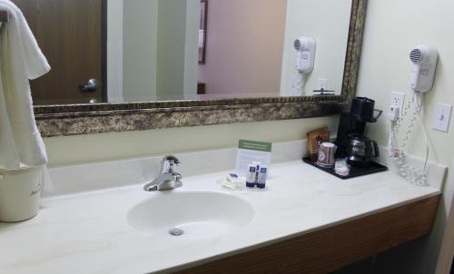 AmericInn Cedar Rapids Photo