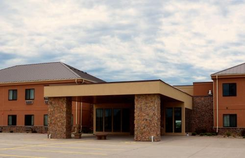Boulders Inn & Suites - Newton - Newton, IA 50208