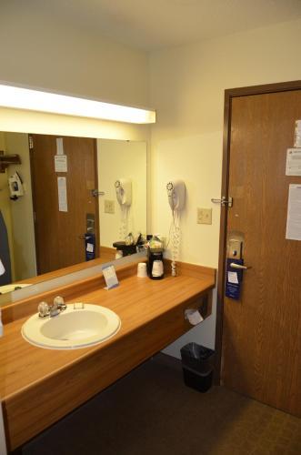 Baymont Inn and Suites Davenport Photo