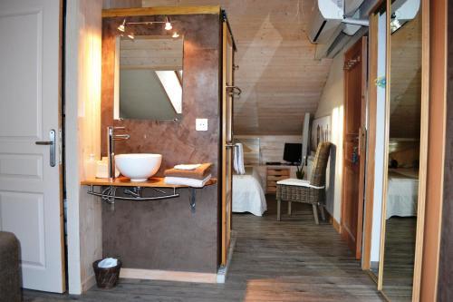 chambres d 39 h tes les volets bleus chambre d 39 h tes 48 all e de talleyrand 36000 ch teauroux. Black Bedroom Furniture Sets. Home Design Ideas