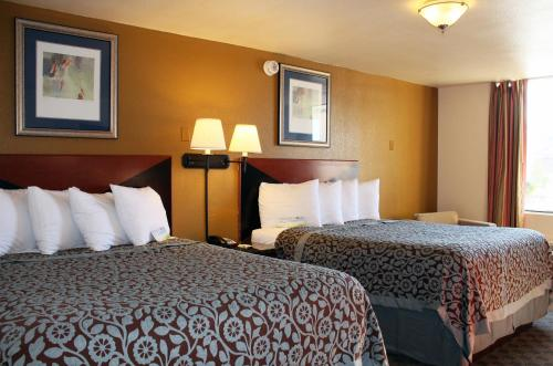 Econo Lodge Inn & Suites Tyler Photo