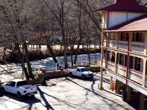 Riverbend Motel & Cabins - Helen, GA 30545