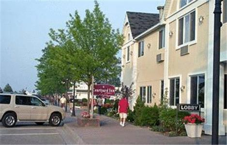 Court Plaza Inn & Suites Of Mackinaw - Carp Lake, MI 49701