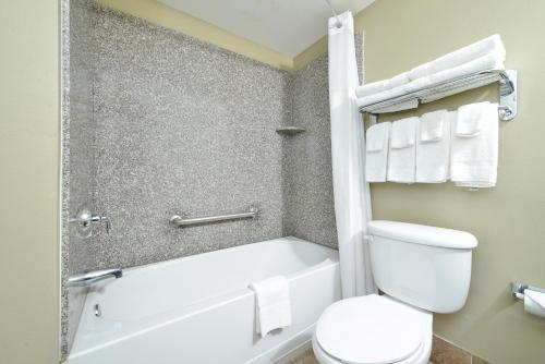 Quality Inn & Suites Near Fairgrounds & Ybor City Photo