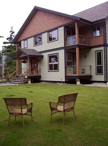 Cobble Wood And Bird Sanctuary Guest Houses - Tofino, BC V0R 2Z0