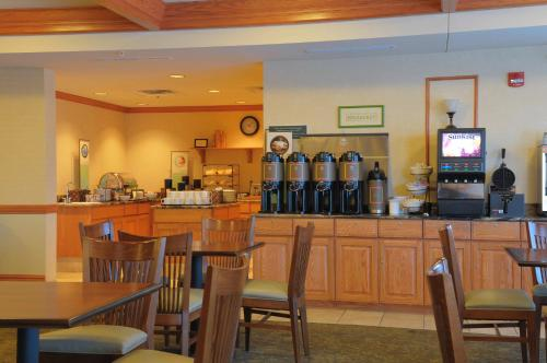 Country Inn & Suites by Radisson, Grand Forks, ND Photo