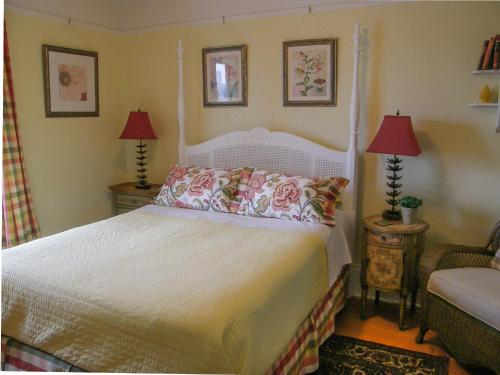 Fisher House Victoria Bed And Breakfast - Victoria, BC V8V 1K9