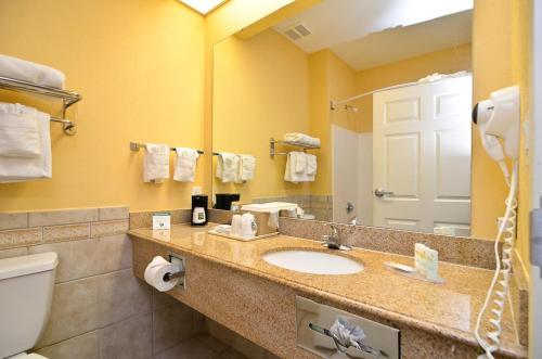 Quality Inn & Suites Beachfront Photo