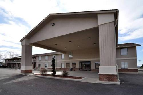 Hilltop Inn And Suites - Greenbrier, AR 72058