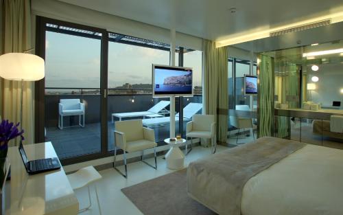 Habitación Doble Privilege con terraza The Mirror Barcelona 6