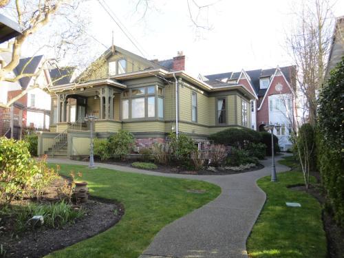 Robert Porter House Inn - Victoria, BC V8V 1V1