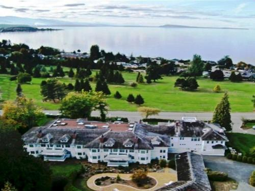 Crown Mansion Boutique Hotel & Villas - Qualicum Beach, BC V9K 0A5