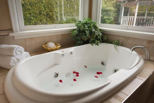 Crystal's View Bed & Breakfast - North Vancouver, BC V7N 1E6