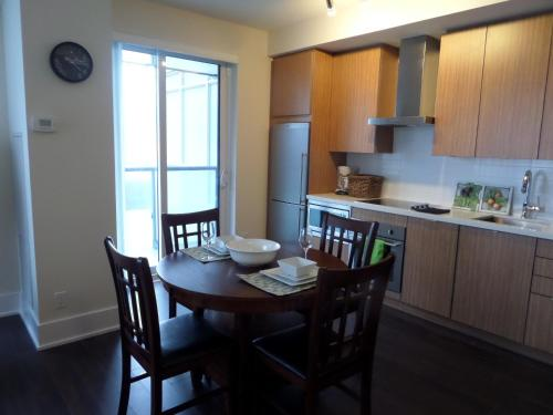 Royal Stays Furnished Apartments - Simply Serene Suites - Toronto, ON M5V 0E9