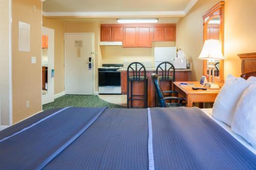 Travelodge Inn And Suites Gardena Photo
