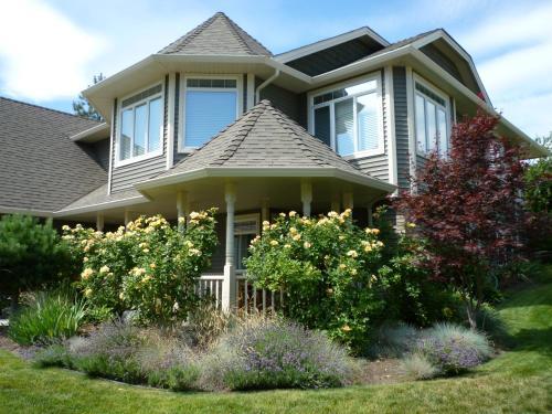 Yellow Rose Bed & Breakfast - Kelowna, BC V1W 4K9