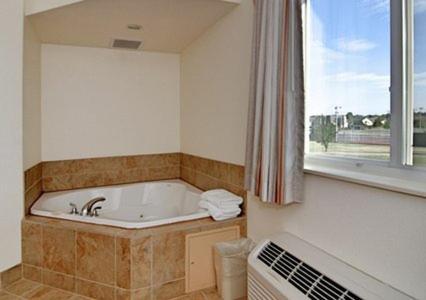 Rodeway Inn & Suites Hoisington Photo