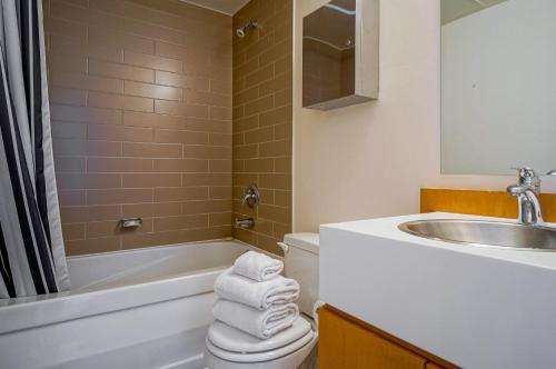 Hydewest - Mariner Furnished Suite - Toronto, ON M5V 3V9