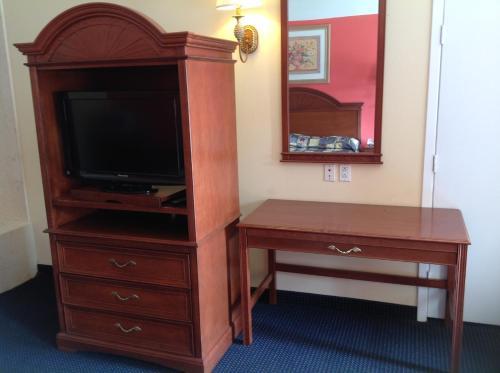 Hometowner Inn & Suites Photo