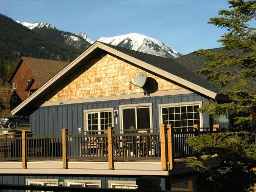 Lush Mountain Accommodations - Golden, BC V0A 1H0