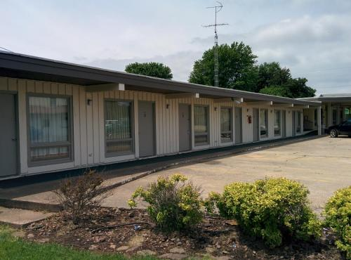 Budget Host Stone's Motel - Dale, IN 47523