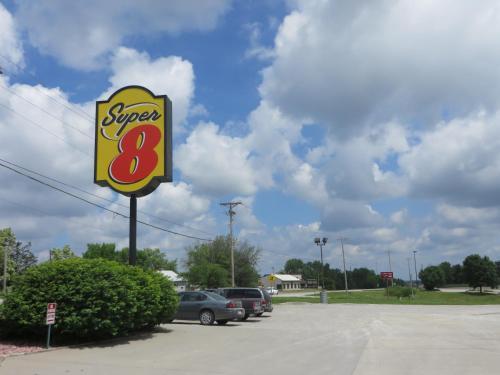 Super 8 Centerville Photo