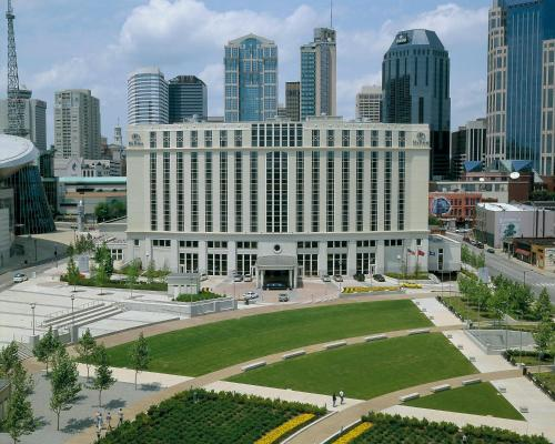 Hotels vacation rentals near bridgestone arena usa for Cabins to stay in nashville tn