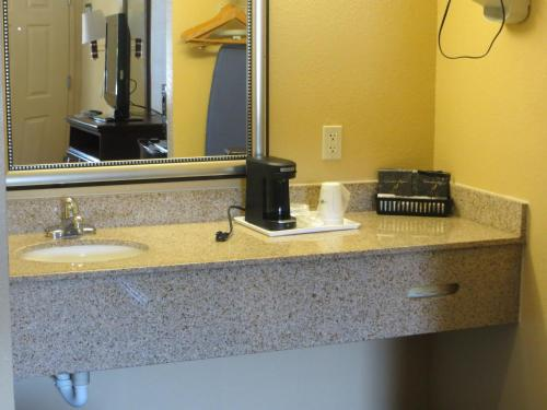 Days Inn By Wyndham Canton - Canton, GA 30114