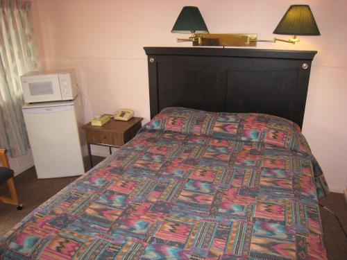 Frontier Motel - Revelstoke, BC V0E 2S0