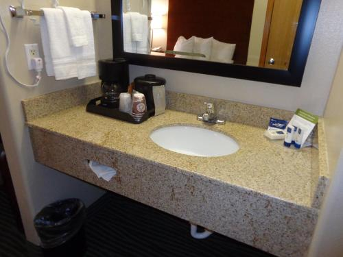 AmericInn Hotel & Suites Des Moines Airport Photo