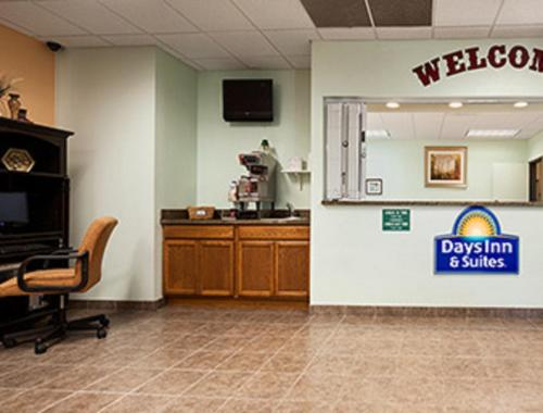 Days Inn and Suites Columbus East Photo
