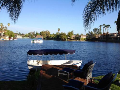 Luxury 4-Bedroom Lakefront Villa with Boat near Laguna Beach and Irvine