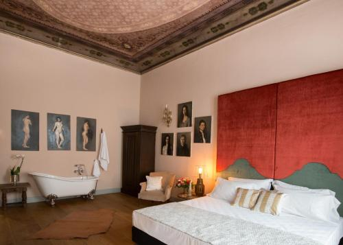 Via Maggio 35, Florence, 50125, Italy.