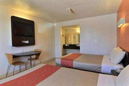 Motel 6 Austin Central - North photo 7