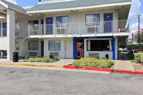 Motel 6 Austin Central - North photo 16