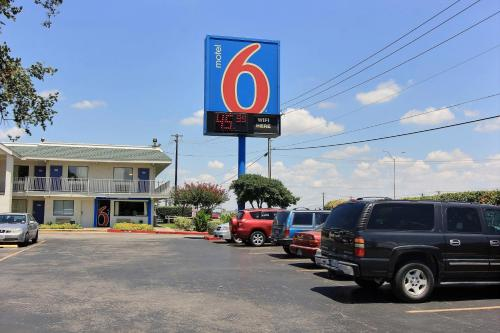 Motel 6 Austin Central - North photo 17