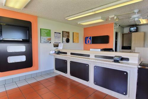 Motel 6 Austin Central - North photo 20