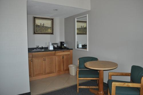 Bradford Inn And Suites Photo