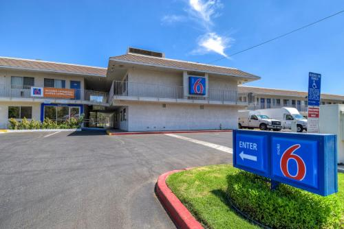 Motel 6 Riverside West Photo