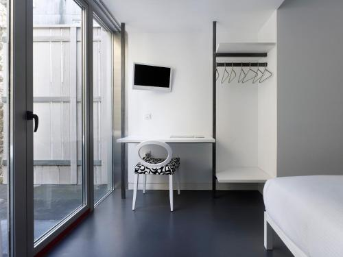Double Room with Bath Moure Hotel 8