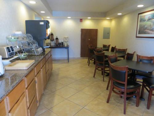 Days Inn By Wyndham Cave City - Cave City, KY 42127