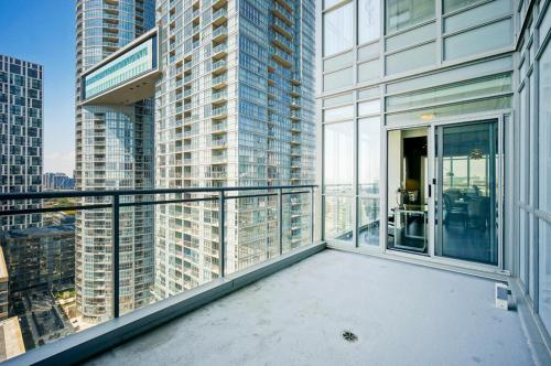 Hydewest - Capreol Luxury Furnished Penthouse Apartment - Toronto, ON M5V 4B3
