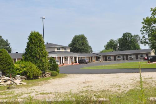 Colonial House Motor Inn - Perth, ON K7H 3C6