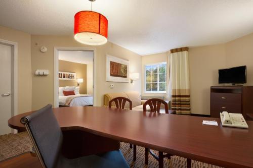 Hawthorn Suites by Wyndham Charlotte - Executive Park Photo