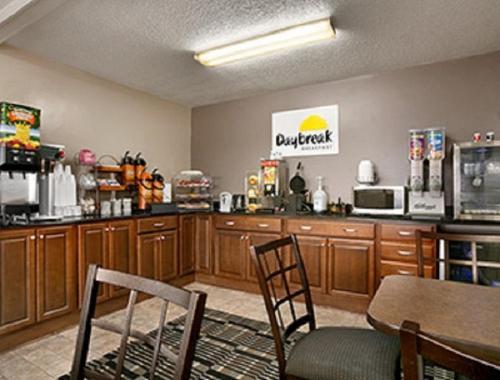 Days Inn By Wyndham Cloverdale Greencastle - Cloverdale, IN 46120