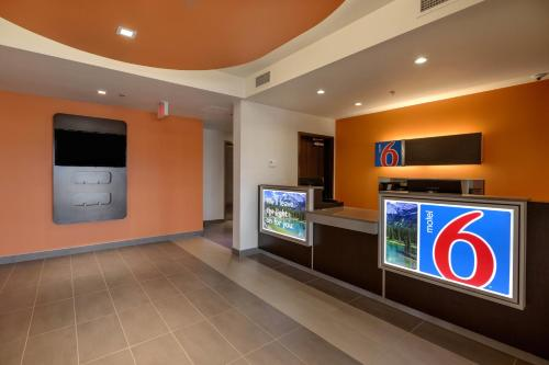 Motel 6 Airdrie Photo