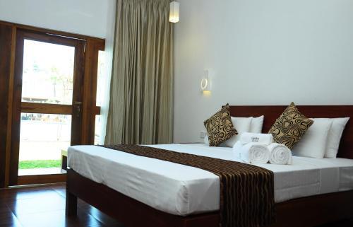 Carolina Beach Resort Hotel Negombo