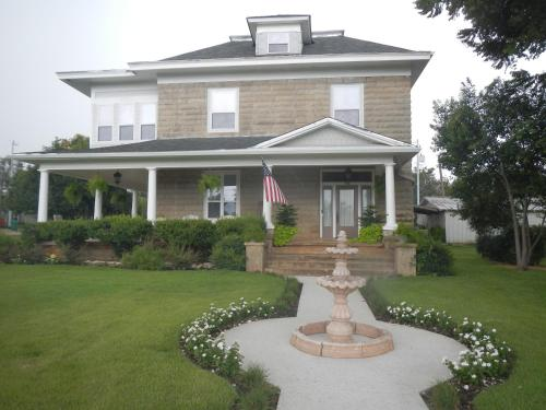 Sandstone Street Bed And Breakfast - Llano, TX 78643