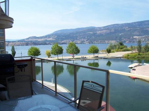 Sunset Waterfront Resort By Kelownacondorentals - Kelowna, BC V1Y 9W7