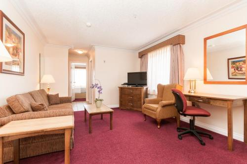 Howard Johnson Hotel & Suites By Wyndham Victoria Elk Lake - Victoria, BC V8Z5M2